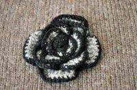 ◆30%off◆チェコ・ハンドメイド手編みニットの花ブローチ/グレー×黒