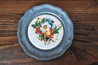 ドイツ・ピューター&陶器のミニミニ絵皿/カラフルブーケ