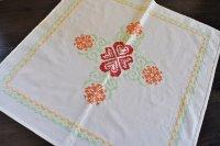 チェコ・ クロスステッチ刺繍の小さめテーブルクロス/赤×オレンジ×ミント